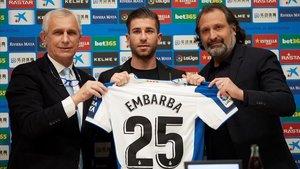 Embarba, entre García Pont y Rufete, este jueves en su presentación como nuevo jugador del Espanyol.