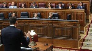 Sánchez (de espaldas), durante la sesión de control al Ejecutivo de este miércoles, donde Casado (al fondo, a la derecha) le ha llamado golpista.