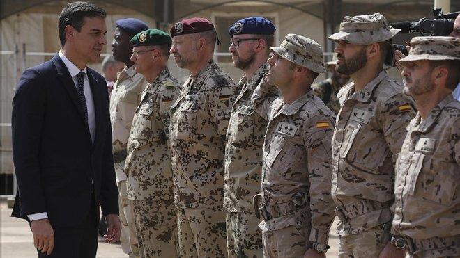 El presidente del GobiernoPedro Sanchez pasando revistahoy a las tropas en Mali.
