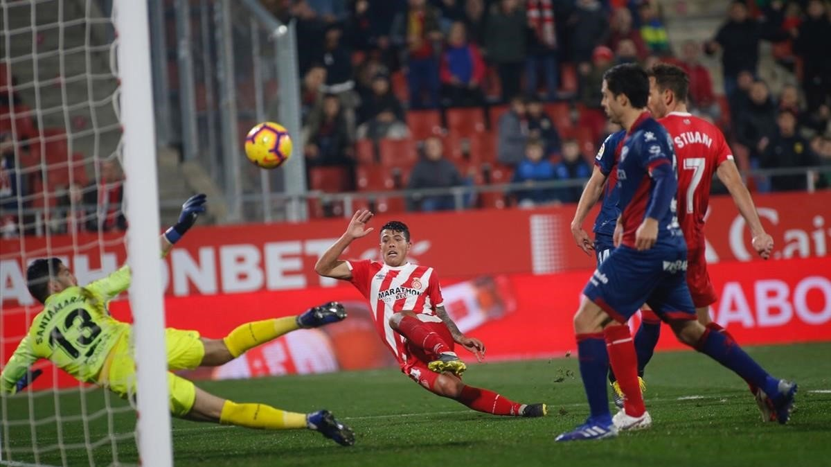 Santamaría, el portero del Huesca, salva en una doble parada la ocasión de Pedro Porro en Montilivi.