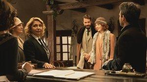 Aurora Guerra, coordinadora de guion y creadora de El secreto de Puente Viejo, haciendo de actriz en la serie con motivo de los 2.000 episodios.