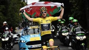 Geraint Thomas exhibe la bandera de gales durante la última etapa del Tour.