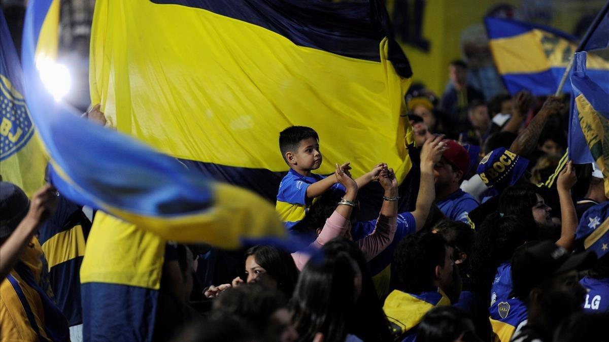 Seguidores de Boca despiden a su equipo antes de viajar desde Buenos Aires a Madrid.