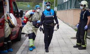 Un policía municipal y un bombero de Pamplona, protegidos contra el virus.