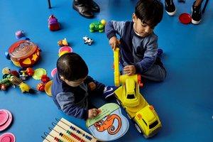 Unos niños juegan en una actividad organizada porCaixaProinfancia.