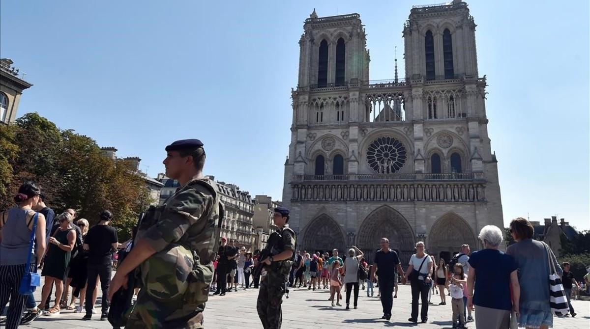 Soldados franceses patrullan frente a la catedral de Notre Dame, en París, el 15 de agosto.