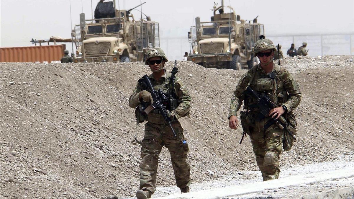 Militaresde la OTAN inspeccionan el lugar donde esta semana un ataque taliban mató a dos soldados de EEUU.