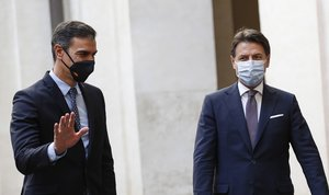Roma (Italy), 20/10/2020.- Italian Prime Minister Giuseppe Conte (R) welcomes Spanish Prime Minister Pedro Sanchez (L) at Chigi Palace, in Rome, Italy, 20 October 2020. (Italia, España, Roma) EFE/EPA/GIUSEPPE LAMI / POOL