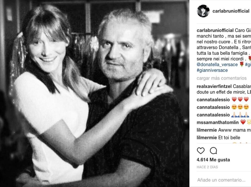 Carla Bruni ha publicado esta imagen como tributo a Gianni Versace.