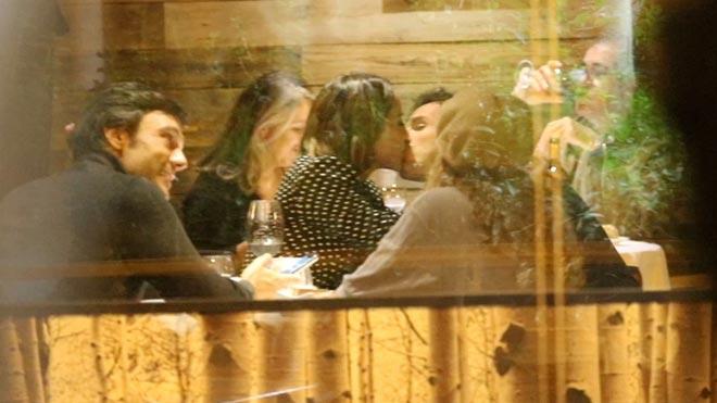 Tamara Falcó e Íñigo Onieva se besan en un restaurante de Madrid.