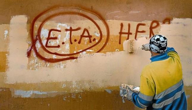 Un tècnic de neteja esborra una pintada a favor dETA a Gernika (Biscaia),lendemà que la banda terrorista anunciés el cessament definitiu de les seves accions armades.