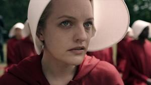 La actriz Elisabeth Moss, en la serie de la plataforma Hulu The Handmaids Tale.