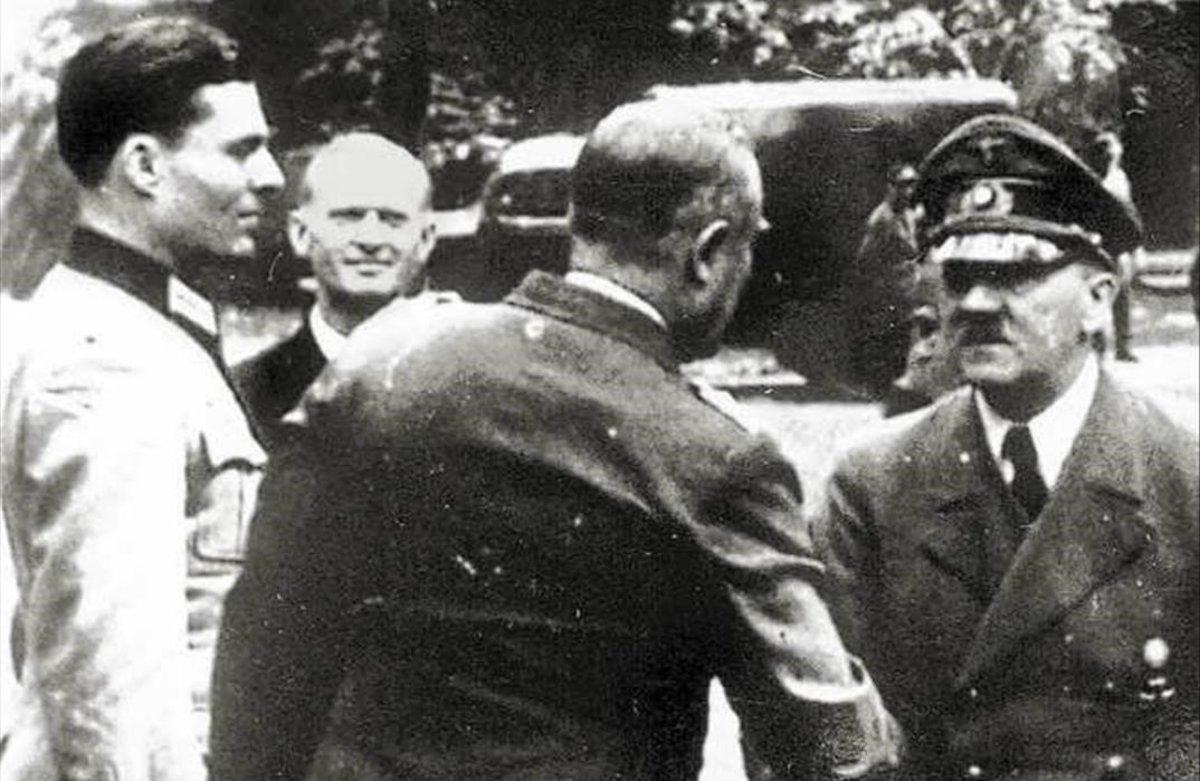 Stauffenberg (izquierda), el 15 de julio de 1944, cuando llevaba encimauna bomba que al final decidió no detonar,junto al mariscal Keitel, que está saludando a Hitler.