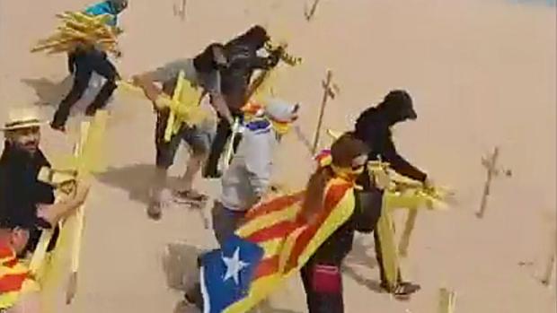 Tensión en playas catalanas por unas cruces amarillas.