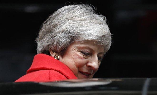 Theresa May abandona Downing Street para dirigirse a la Cámara de los Comunes.