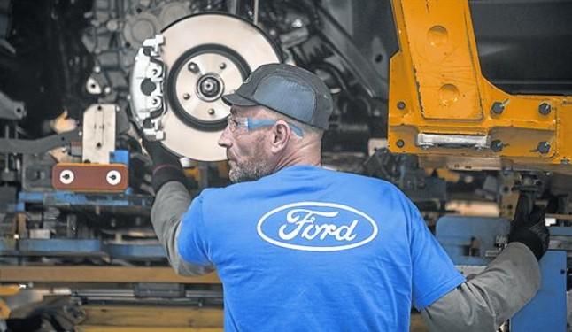 Un trabajador de la fábrica de Ford en Almussafes.