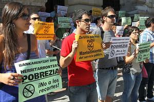 Trabajadores de la Diputación Foral de Bizkaia se han concentrado en protesta por los recientes ajustes aprobados por el Gobierno, como la supresión de la paga extra de Navidad.