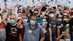 Trabajadores de Nissan protestando.
