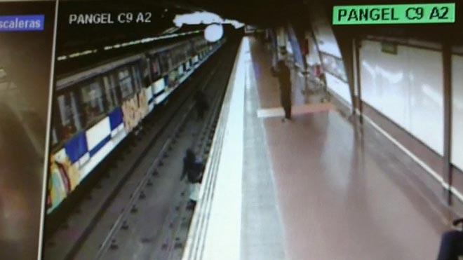 Tres grafiteros atacan un vagón de metro en la estación de Puerta del Ángel de Madrid.