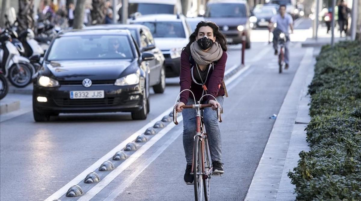 Una ciclista circula por el carril bici de Diagonal.