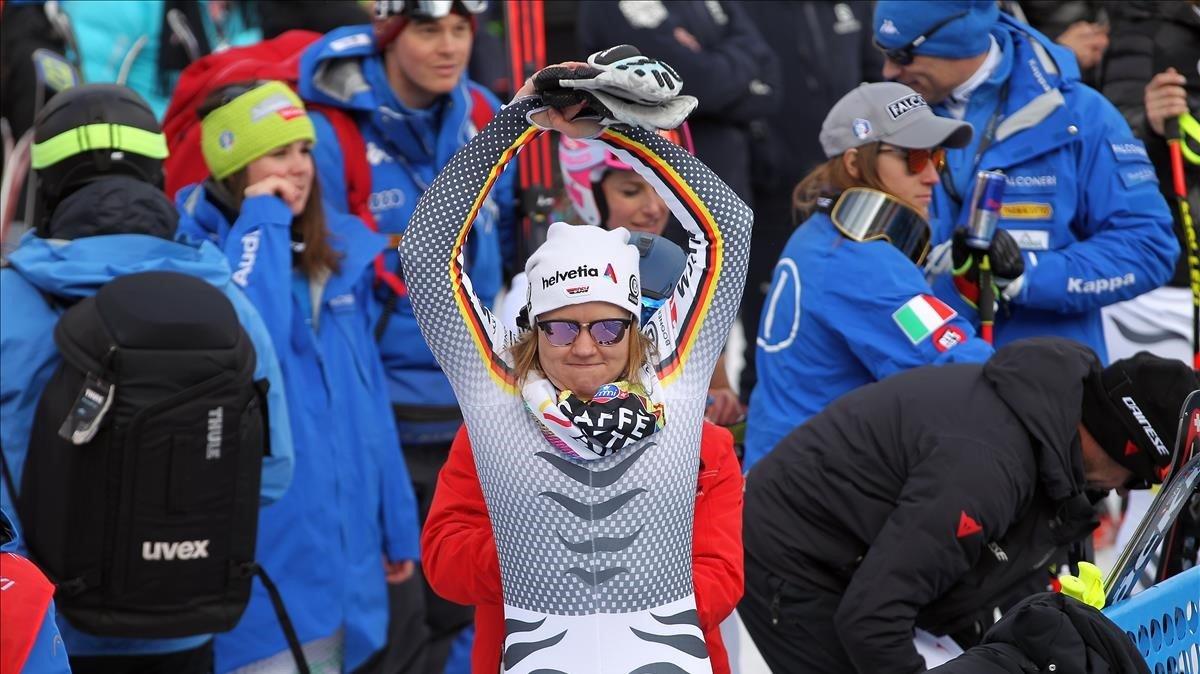 Una esquiadorarealiza estiramientos en la zona de llegada.