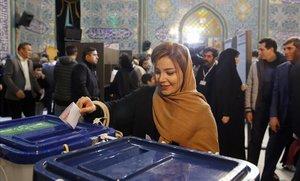 Una iraní deposita su voto en un colegio electoral de Teherán.