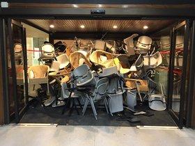 Una montaña de sillas bloquea el acceso al campus de la UPF en Ciutadella, el martes.