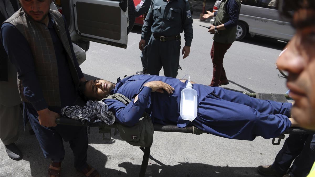 Una víctima del atentado es transportada al hospital de Kabul.