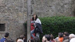 Una visitante da un beso a la estatua de la leona de Girona.