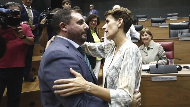 Unai Hualde (Geroa Bai), presidente del Parlamento de Navarra. En la foto, recibe el saludo de la socialista María Chivite.