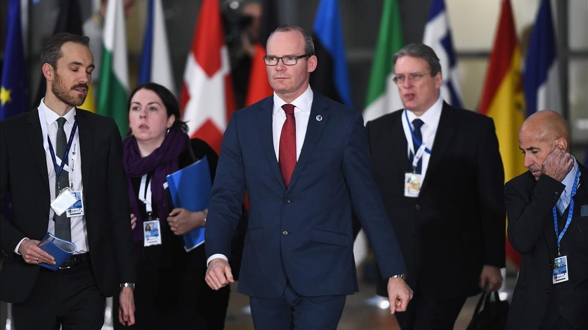 Coveney (centro), en una cumbre europea en Bruselas.