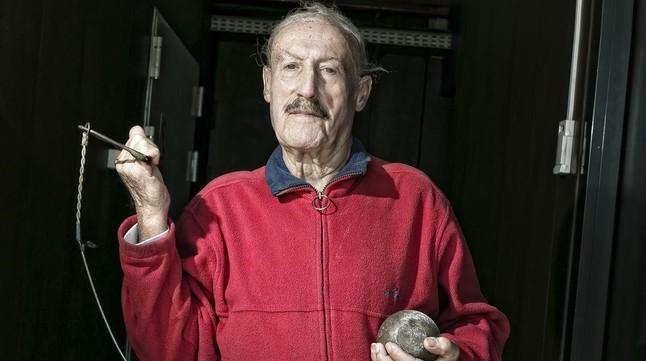 Valentí Huch, con un martillo, en las instalaciones del estadio Joan Serrahima de Barcelona.