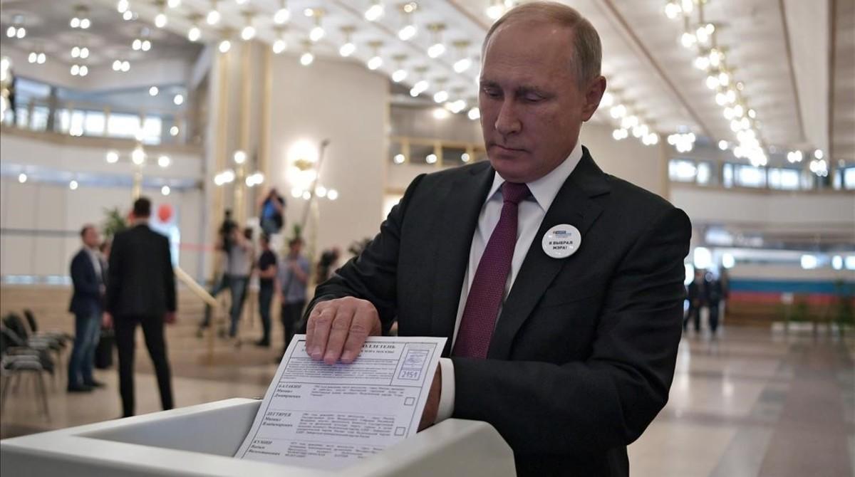 Vladimir Putin votando el domingo.