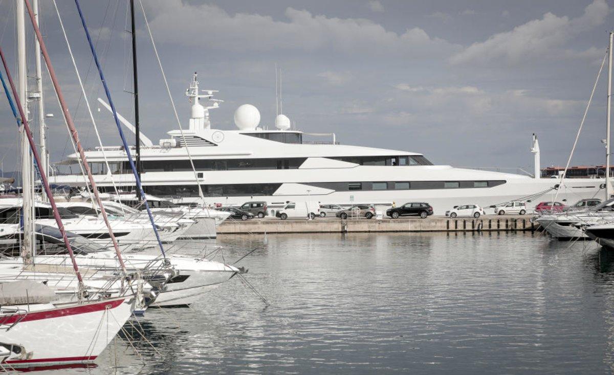 El yate 'Yasmine of the Sea', de la familia real de Qatar, en el puerto de Mallorca.