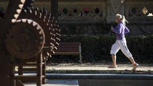 Una mujer corre por el parque de la Ciutadella, en Barcelona.