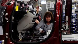 Una trabajadora en una planta de fabricación de automóviles.