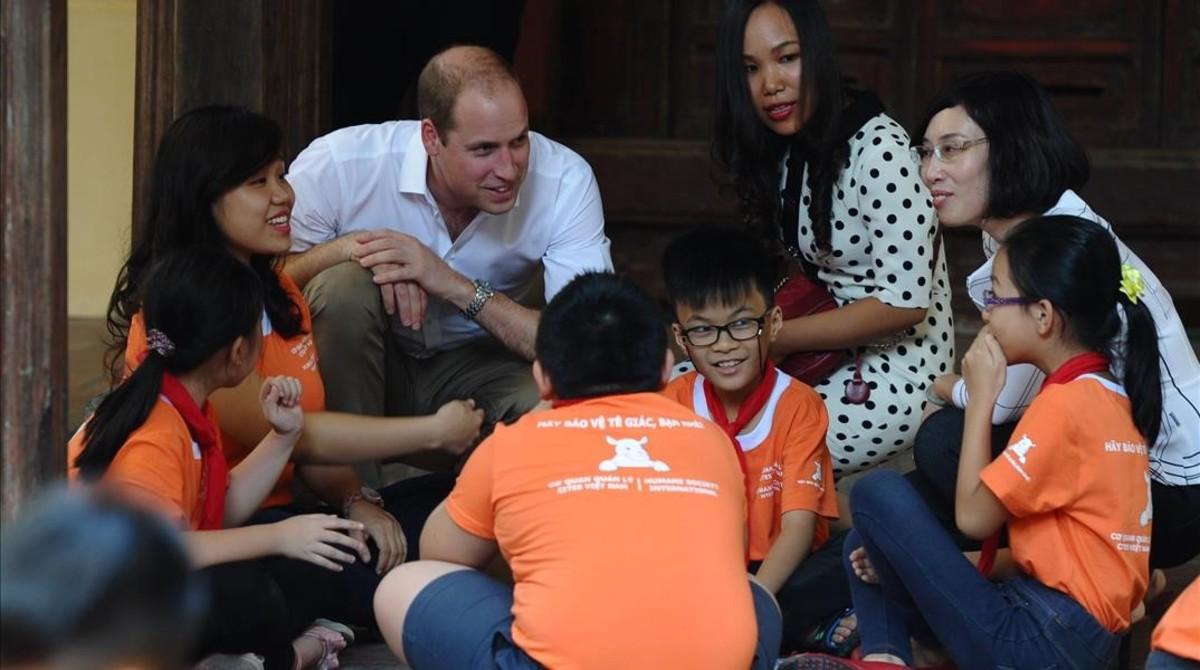El príncipe Guillermo, en un colegio de Hanoi.