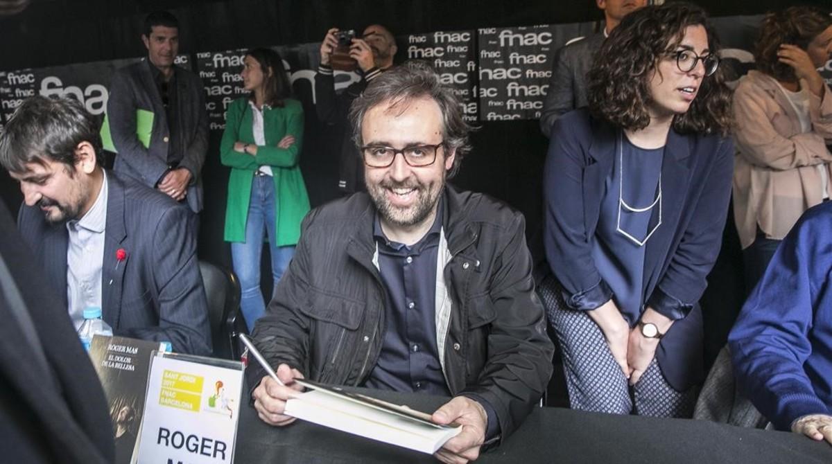 Roger Mas, durante su primer Sant Jordi como escritor.