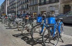 Bicicletas de DropByke en un aparcamiento público de la calle de Pelai, en junio del 2017.
