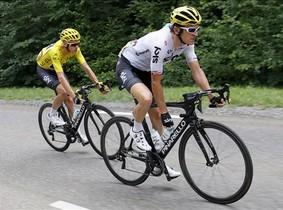 """Geraint Thomas """"vende"""" su magullado maillot tras la caída en el Col de la Biche"""