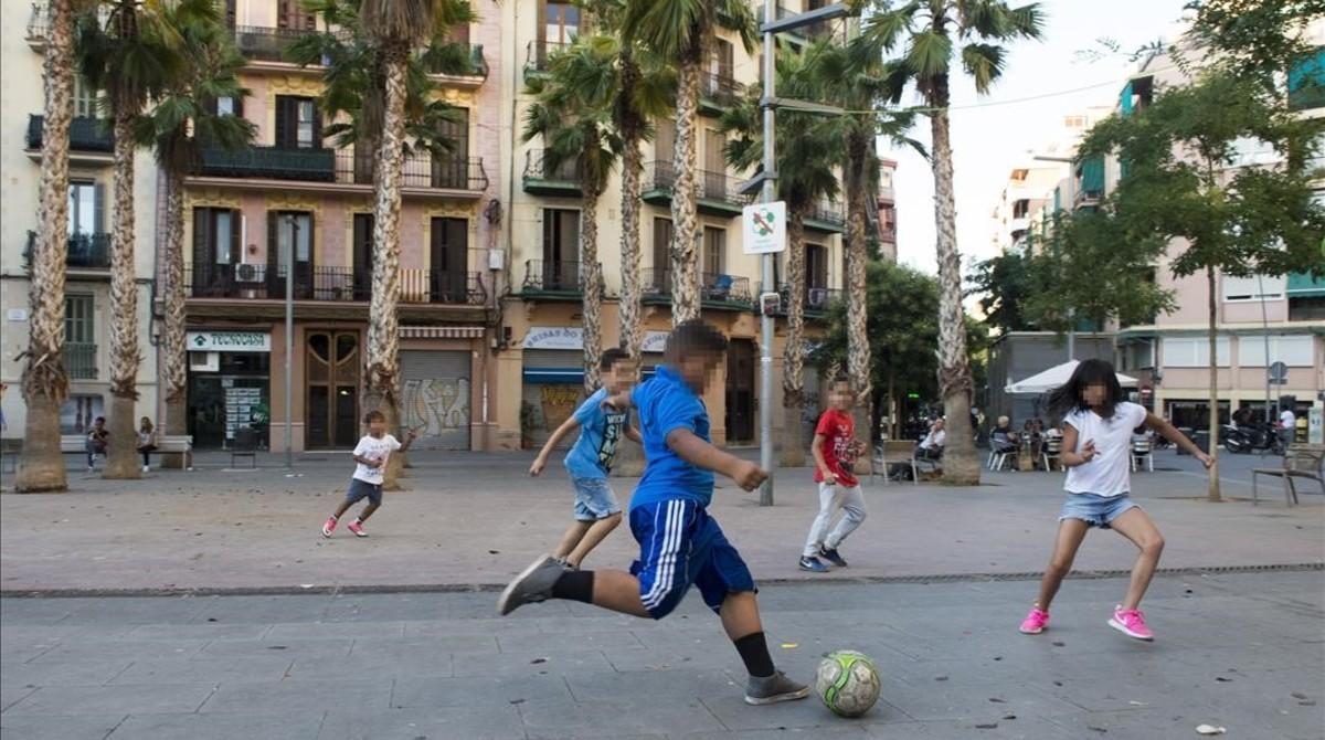 Niños jugando a la pelota en la plaza de Navas, en el Poble Sec.