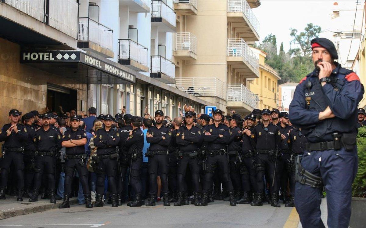 Protesta ante un hotel que alojó a policías en Pineda de Mar, en octubre del 2017.