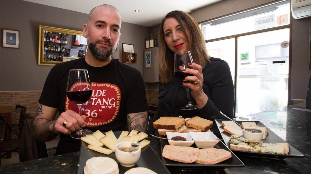 Bruno y Athena, con sus vinos y platos de queso en su local Le Bar A Vins.