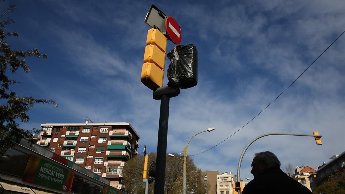 El semáforo de la calle de las Corts con Travessera, tapado con una bolsa de plástico.