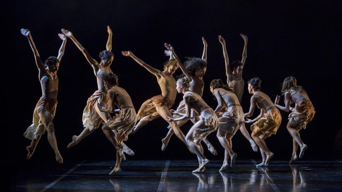 Bailarinas del Béjart Ballet Lausanne enTombées de la dernière pluie, de Gil Roman.