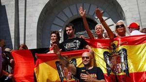 Un grupo de ultras hace el saludo franquista durante la concentración en el Valle de los Caídos.