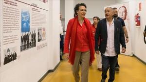 Magdalena Valerio, con Josep Maria Álvarez, este domingo en la sede de la UGT en Barcelona.