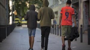 Treshermanos, menores no acompañados, por las calles de Barcelona.