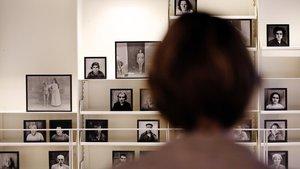 Una mujer observa las fotos del psiquiatra Joan Obiols, que estos días se exponen en el Espai Joan Brossa de Barcelona.