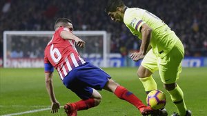 Luis Suárez disputa un balón con Koke en el partido del sábado en el Wanda Metropolitano.
